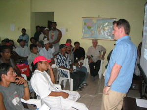 Dr. Peter Mumby explains the importance of parrotfish as grazers maintaining the health of coral reefs to a large group of fishermen in Belize City © WCS.