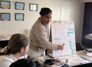 A facilitator in Palau guides a discussion on MPA placement. Photo © TNC