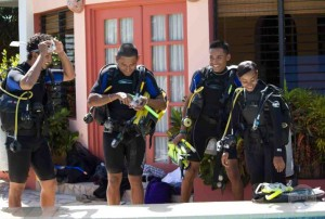 Trainees in the Community Researchers Program receive SCUBA training. © TIDE